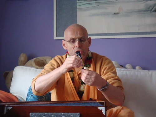 Kadamba Kanana Swami Korsnas Gard and at Ugrasena's 14th May 2010  -0030 por ISKCON desire tree.