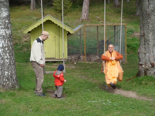 Kadamba Kanana Swami Korsnas Gard and at Ugrasena's 14th May 2010  -0082 por ISKCON desire tree.