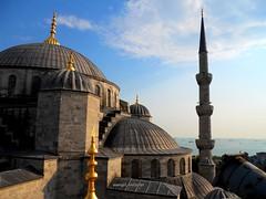2010 istanbul 262 (ebruzenesen - esengül) Tags: turkey türkiye istanbul mosque ottoman cami deniz mavi sultanahmet bulut minare kubbe architec yeşillik süsleme alem şadırvan avlu tarihiyapı ebruzenesen muslimcultur dikiltaş