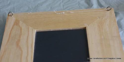 Poner el cáncamo en la parte trasera del espejo de madera