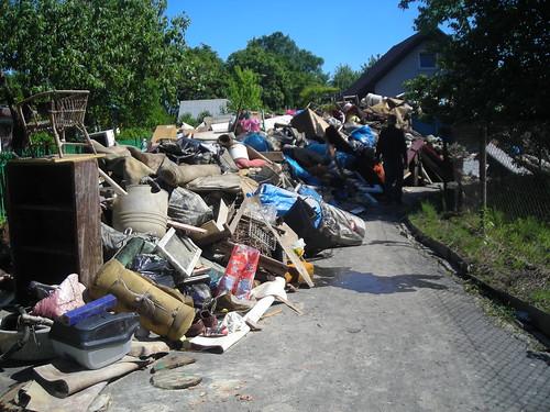 Sprzątanie na ogrodzie działkowym po powodzi