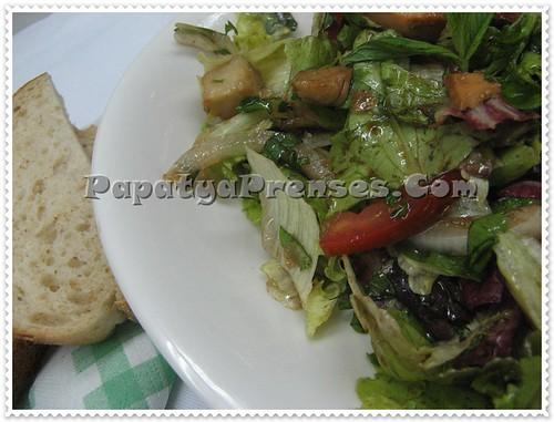balıklı ekmeğe banma salatası