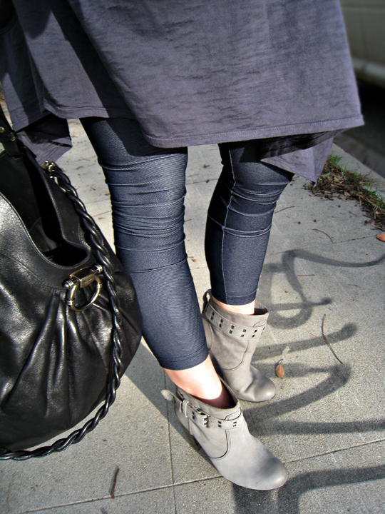 jeggings+denim leggings+gray ankle boots+ferragamo bag+rosegold