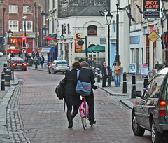 Rochester High Street - Nov 2010 - Lean On Me - Boys on Pink Bikes, I'm Not Sure (gareth1953 Come on Brentford) Tags: pink bicycle couple candid rochester lamppost highstreet bystanders canoneos450d