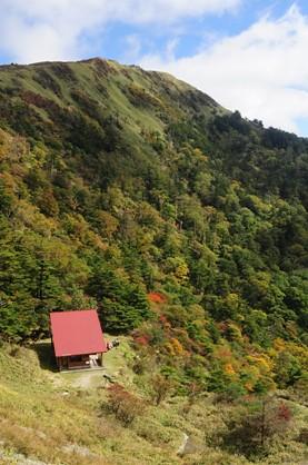 赤屋根のお亀ヒュッテと西熊山
