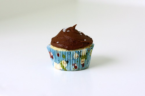Simple Yellow Cupcakes w/ Hershey's Perfectly Chocolate Frosting