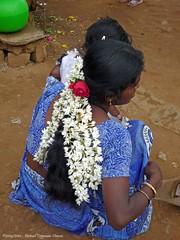 schitterend bloemen sieraad / beautiful flowers hair-ornament (dietmut) Tags: travel november flowers india tourism asia journey karnataka 2009 azi federalstate panasoniclumix hairornament dmcfx500 dietmut deelstaat