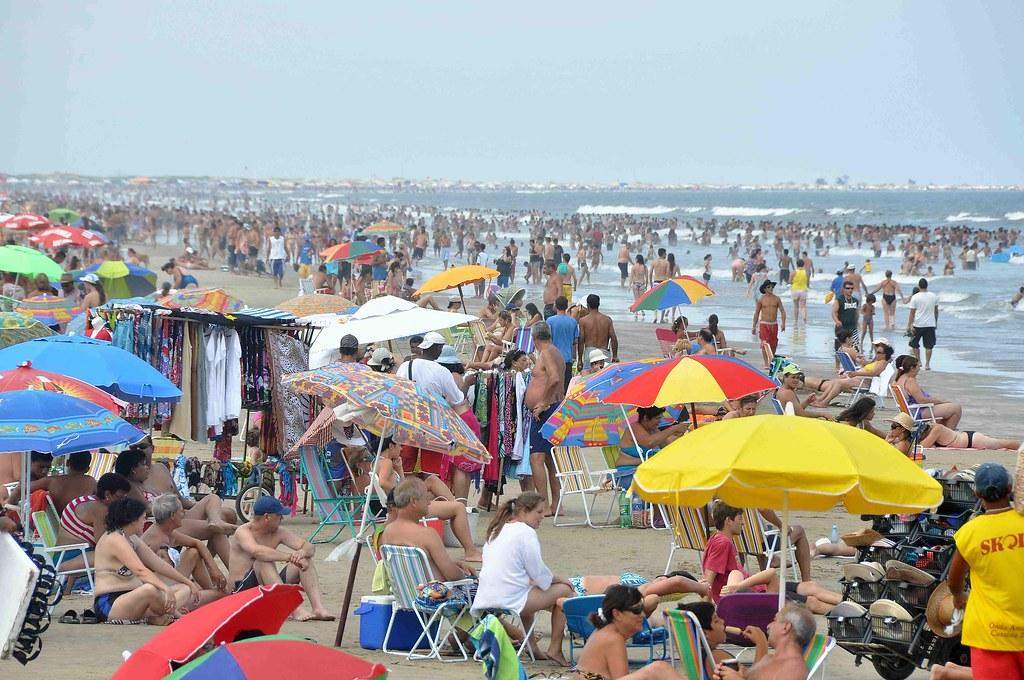 Praia ficou lotada, com milhares de banhistas. Crédito: Eduardo Beleske