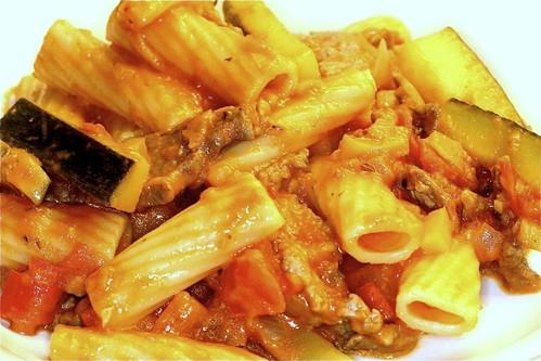 Rigatoni mit Gemüse und Rindfleisch