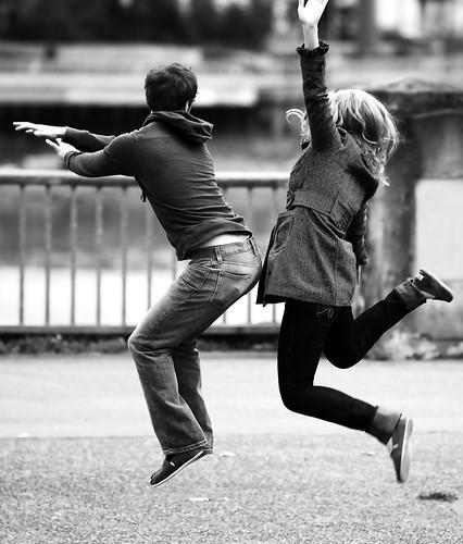 フリー画像| 人物写真| 一般ポートレイト| 恋人/カップル| 跳ぶ/ジャンプ| モノクロ写真|      フリー素材|