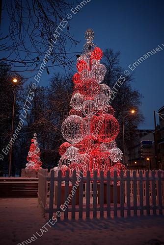 Décorations de Noël lumineuses en forme de sapin.