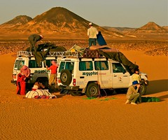 (1084) Tages Ziel / Camp in the Black Desert (unicorn 81) Tags: voyage africa travel people color sahara car trekking landscape sand colorful desert northafrica egypt adventure egyptian shooting egipto 2009 ägypten egitto excursion egypte reise egypten rundreise roundtrip egipt égypte shootingpeople mapegypt jeepsafari misr nordafrika geländewagen egypttrip april2009 ægypten crosscountryvehicle aegyptus worldtrekker αίγυπτοσ ægyptusintertravel ägyptenreise schulzaktivreisen saharacolors photo10011500