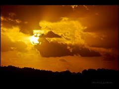"""Alvorada la no morro que beleza, ningum chora no h tristeza...."" (ianpozzobon) Tags: floripa sky sun sol yellow clouds fire lights florianpolis amarelo luzes alvorada 2010 silhueta cartola goodvibes ianpozzobon cantodosaraas valago"