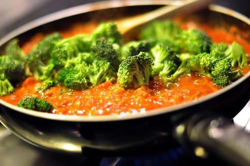 Tomatsauce med ansjoser, tun, broccoli og kapers