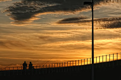 Ocaso en el puerto (Urugallu) Tags: canon puerto atardecer flickr asturias nubes gijon ocaso xixon dorado pescadores asturies puertodeportivo greatphotographers  finaldeldia thesuperbmasterpiece urugallu martesdenubes wonderworldgallery ocasoenelpuerto