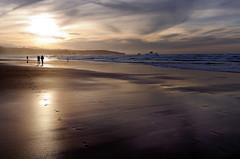 Un paseo (alfonso-tm) Tags: atardecer nikon tokina1224 playas cantabria d300 liencres