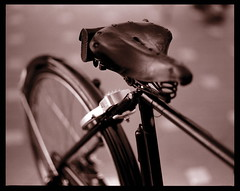 Bicycle Seat and pannier (khai_nomore) Tags: bw slr classic 120 mediumformat negative scanned kodaktmax400 rm wideopen biggun kodaktmaxdeveloper pentax67 2400dpi homedevelopment bokehlicious canonscan8400f autaut pentaxsmc105mmf24 tmy4002 getuas ilfordrapidfixer4minutes 14at5minutes30seconds 2minutesbathbetweenfixingcycle