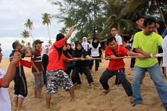 IMG_7438 (UmmAbdrahmaan @AllahuYasser!) Tags: beach malaysia barefoot descalos pantai terengganu tugofwar marang udm 991 descalzos tesl scalzi tariktali piedsnus fbk piedinudi languagecamp outdoorcamp ummabdrahmaan angulia