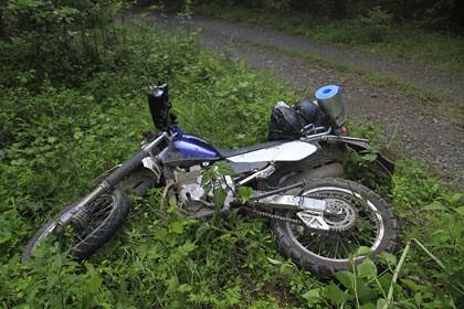転倒したオートバイ
