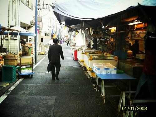 市場を歩く