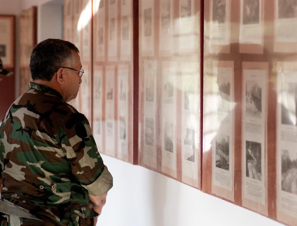 Un General del Ejercito contempla las fotografías que se exhiben en la vidriera del Museo Histórico del Fortín Boquerón. (Elton Núñez - Fortín Boquerón, Paraguay)