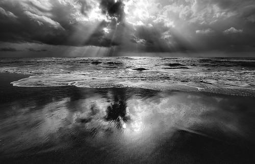 [フリー画像] 自然・風景, 海, ビーチ・砂浜, 日光・太陽光線, モノクロ写真, 201011010700