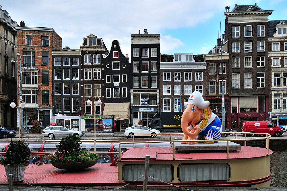 nothing straight in the city where elephants parade [ amsterdam (5239r) ]