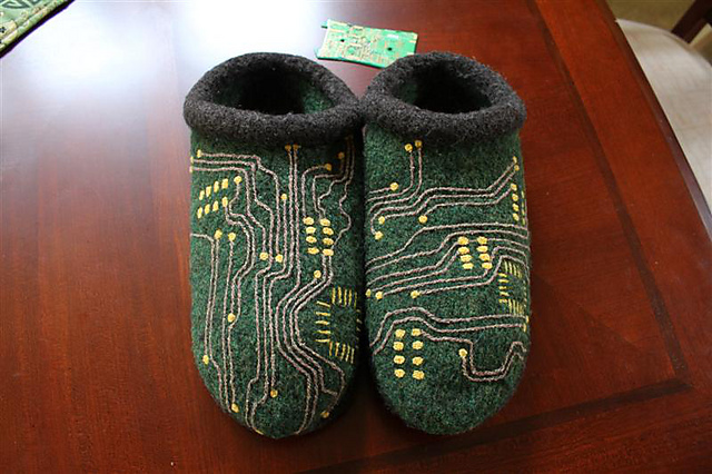 给IT的爸爸织一双电路板拖鞋