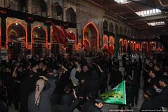 أحد المواكب الحسينية يؤدي الشعائر الحسينية داخل الصحن الحسيني الشريف في8 محرم الحرام 1431هـ