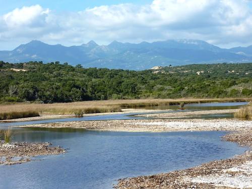 Plage de Saparelli : l'étang et la Cagne en arrière-plan