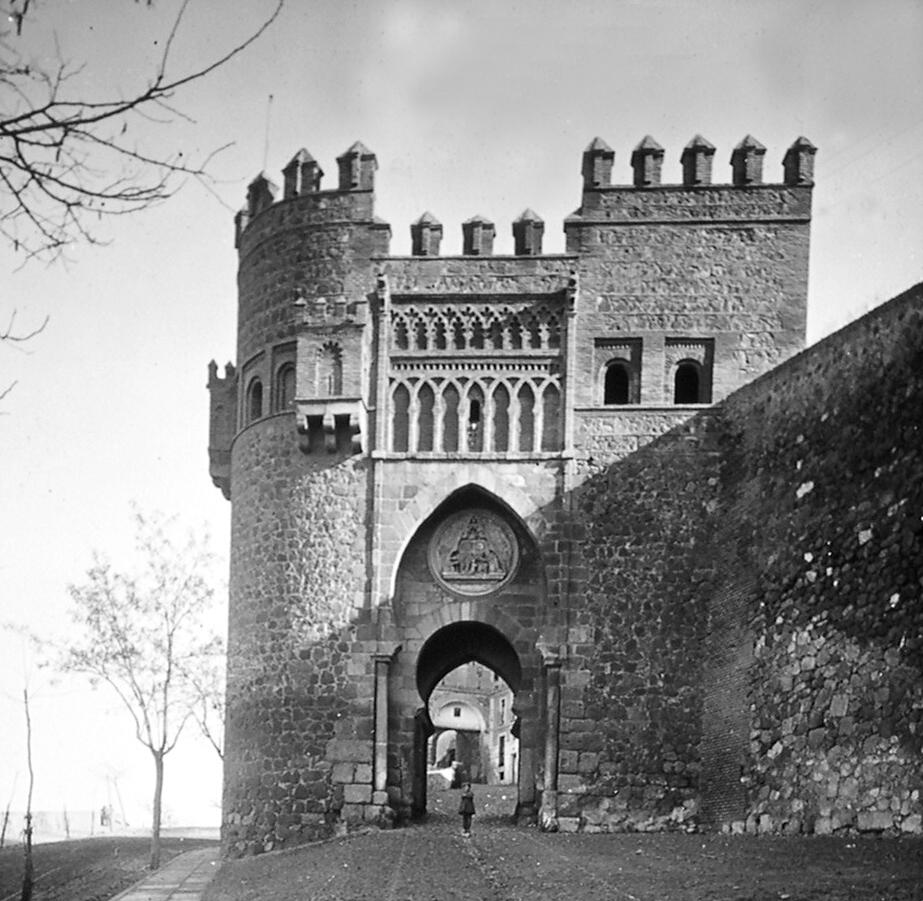 Puerta del Sol de Toledo a finales del siglo XIX. Fotografía de Alexander Lamont Henderson