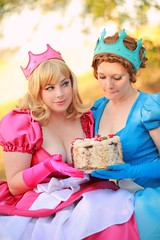 cosplay_2princesses with cake