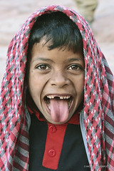 Look at me! | Petra (Jordan) (andrea erdna barletta) Tags: portrait colors tongue children retrato portrt jordan arab grimace nomad portret bedouin jordanie jordania keffiyeh beduino muotokuva  giordania kefiah badw  funface  bedwin jordnia erdna andreabarletta  eviltongue portrt  canon5dmarkii kfiyyah jordanportrait andreaerdnabarletta infoerdnait wwwerdnait almamlakaalurdunniyyaalhshimiyya almamlakaalurdunniyyaalhashimiyya jordaanje jordnia  kfiyy childnabatean kufiyyah kefiah keffiyeh kufiyy
