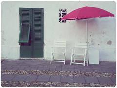 Sardegna (YYNTL) Tags: sardegna italy primavera spring groen italia sardinia scene cobblestones parasol seats shutters lente rood wit 2009 luik deur itali stoep italiaans tegels tricolore stoelen eenvoud zitje keien sardini algero eenvoudig ilmeridione