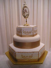 Gold 3 Tier (cacamilis) Tags: weddingcake goldweddingcake hexagonalweddingcake ivoryandgoldweddingcake wwwcacamiliscomcannaboeconfectionerycannaboecakessharonsweeney antiquestyleweddingcake