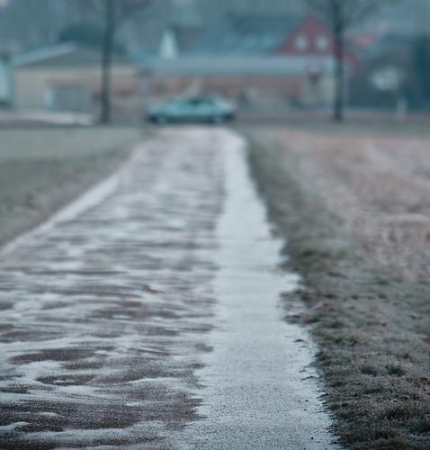 #01: Interessant an diesem Motiv fand ich die Verwehungen des Schnees auf dem Feldweg. Es entstand auf dem Weg zur Teverener Heide. Eher zufällig habe ich genau das vorbeifahrende Auto erwischt, das eingerahmt wird von den beiden Bäumchen.
