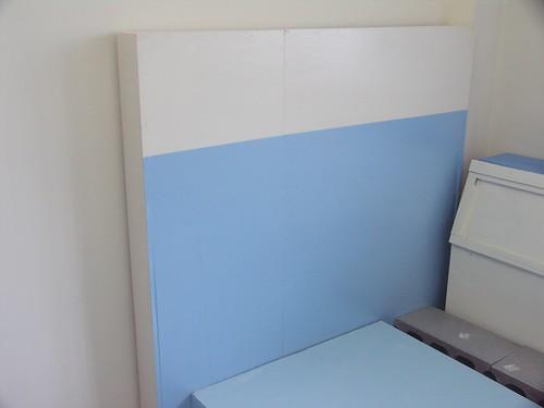 07自己漆的床頭櫃,拿來擋頭上的樑