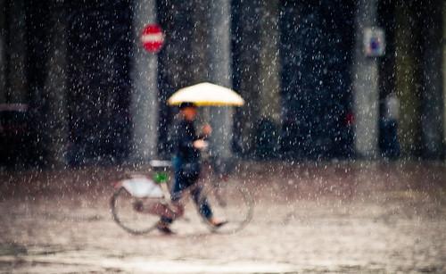 [フリー画像] 人物, 人と風景, 雨, イタリア, 201006171700