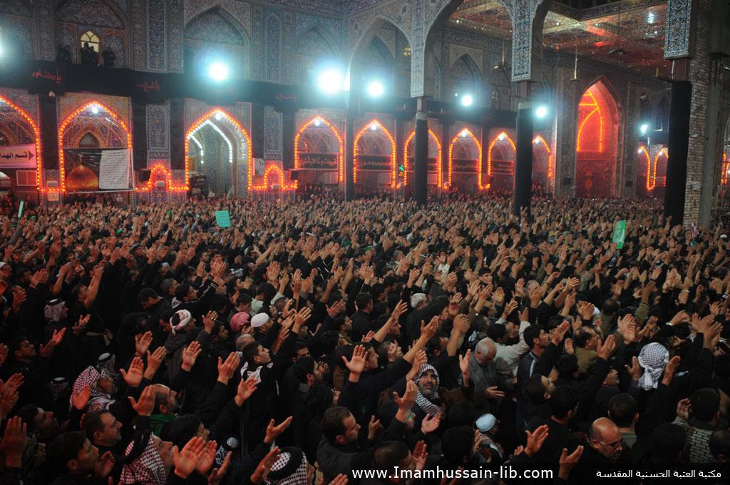 زوار أبو عبدالله الحسين عليه السلام يؤدون مراسيم الزيارة والدعاء داخل الصحن الحسيني الشريف