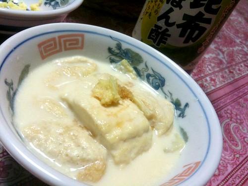 #jisui とろとろ湯豆腐作ったぜー。重曹すげえ。豆乳鍋って こんなのかしらん。明度正済