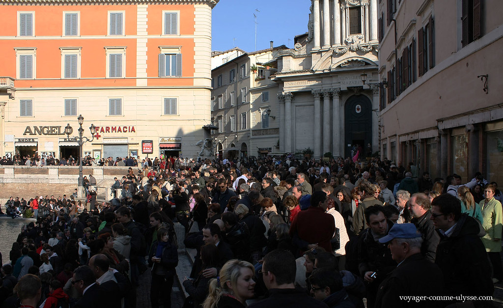 Même en mars, la place de Trevi est remplie!