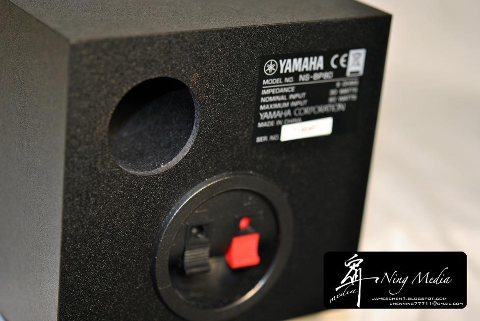 另外为了避免低音的过度累积、共振导致低音过多、低音太糊,Yamaha也将透过喇叭内部结构、形状、角度、材料应用以降低喇叭共振的VCCS技术应用在MCR-040上,务求在极小的体积下发出最好的低音表现,下面这张是VCCS的示意图 这个因为我找不到喇叭的螺丝孔,所以无法拆开喇叭让大家看看,所以只好请大家看看示意图囉! ~。- 不可缺少的附件 -。~