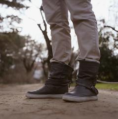 (bigchus) Tags: madrid film feet garden de shoes fuji boots bokeh el zapatos pies romantic epson medium format 88 alameda kiev medio botas diapositiva jardn analogic analgico astia formato 80mm 100f capricho reversal osuna v500 volna romntico