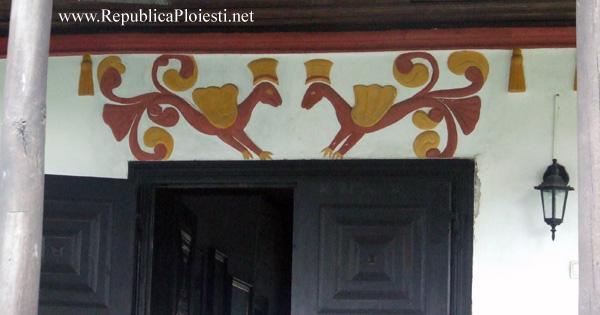 Decoratiunile de deasupra usii casei Hagi Prodan