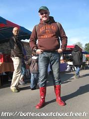 En bottes caoutchouc rouge à fraises (pascal en bottes) Tags: boots goma rubber wellington pascal wellies gummistiefel bottes botas gumboots gomma stiefel caoutchouc stivali hule stövlar