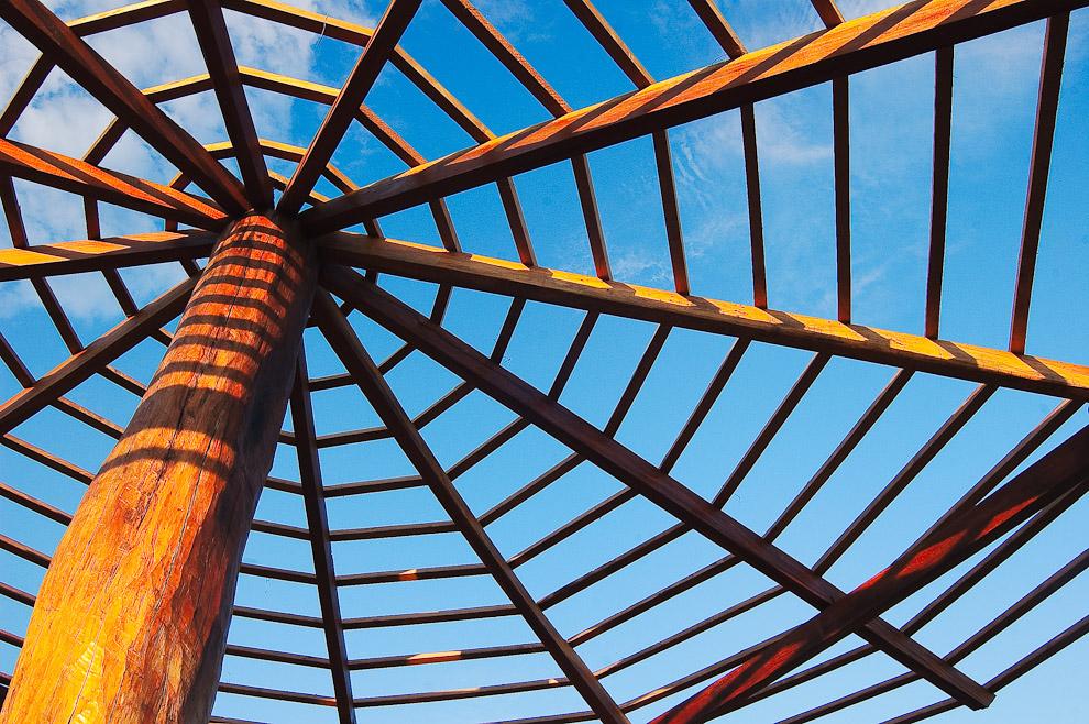 Techado a medio terminar para un quincho que el Ganadero Sr. Soaudo está preparando a orillas de un arroyo, con madera de lapacho, el techo estará cubierta de paja. (San Pedro, Paraguay - Elton Núñez)