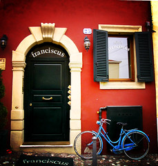 Time passes slowly (Felson.) Tags: door trip travel blue red holiday muro window bike bicycle wall blu finestra verona porta bici rosso azzurro lomoeffect bicicletta franciscus mrgiantdrag songprettylittleneighborgiantdrag