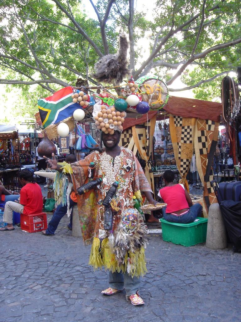 Mundial Sudáfrica hombre con ñandú en la cabeza