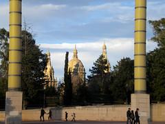 Escondida tras las columnas del Sant Jordi (rojotirandoanegro) Tags: jordi sant palau montjuic llus companys estadi olmpic