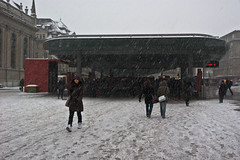 Bahnhofplatz Bern mit verschneitem Baldachin